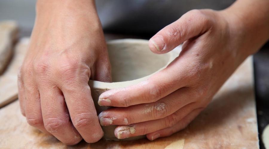 handvormen van een kom van keramiek